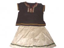 """č. 43 – INDIÁNKA """"Helena"""" """"hnědé triko, sukně, paruka, čelenka, tomahavk"""""""